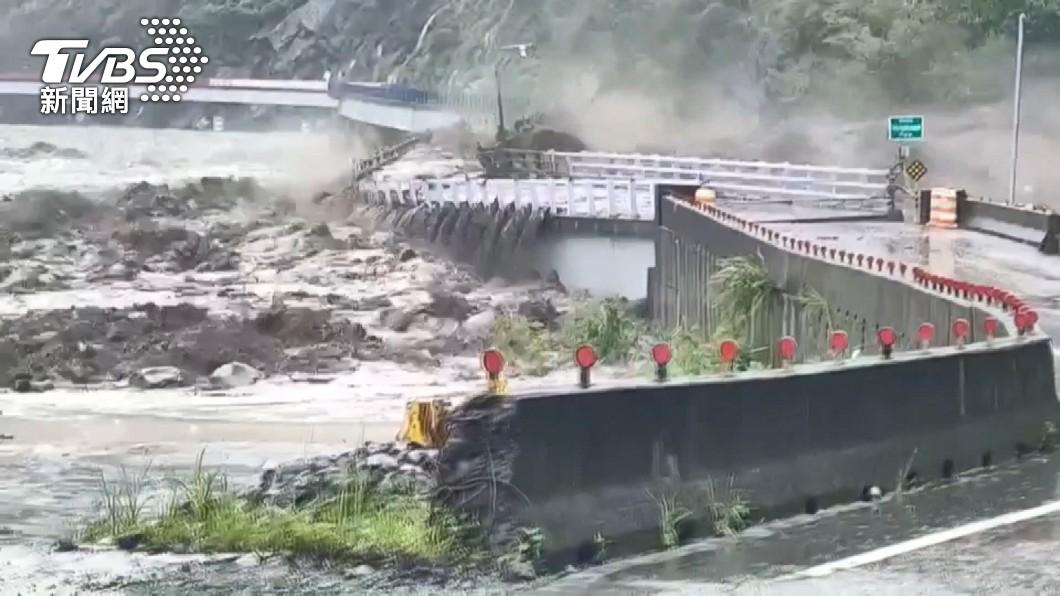 高雄市桃源區「明霸克露橋」被暴漲的溪水沖斷。(圖/TVBS) 橋被沖斷路不通! 高雄「桃源區3里」明停班停課