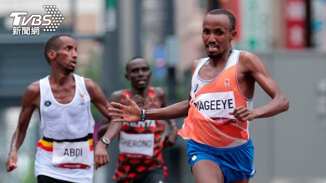 荷蘭選手拿海、比利時選手阿布迪一同參與東奧馬拉松賽事。(圖/達志影像美聯社) 感人!馬拉松銀牌得主回頭揮手 鼓勵難民同胞「跟我來」