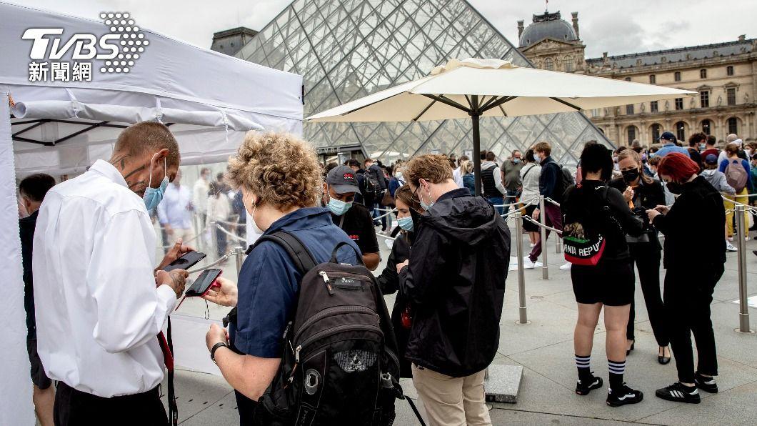 法國推健康通行證防疫措施。(圖/達志影像美聯社) 法國健康通行證擴及餐廳火車 至少實施到11月