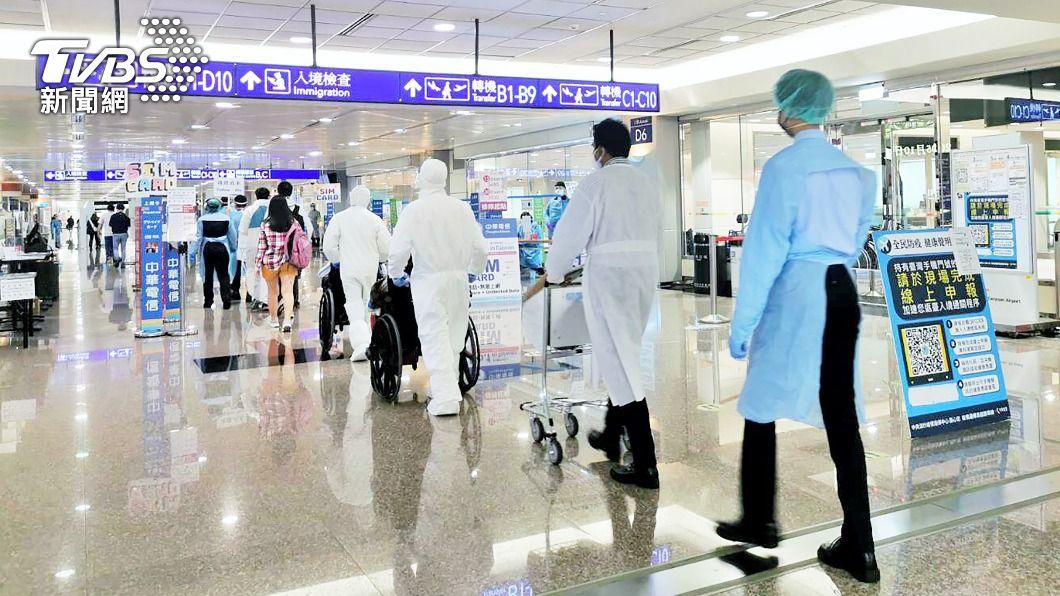 圖為入境乘客準備前往檢疫所。(圖/中央社) 美Delta疫情肆虐 陳時中曝不加嚴入境管制原因