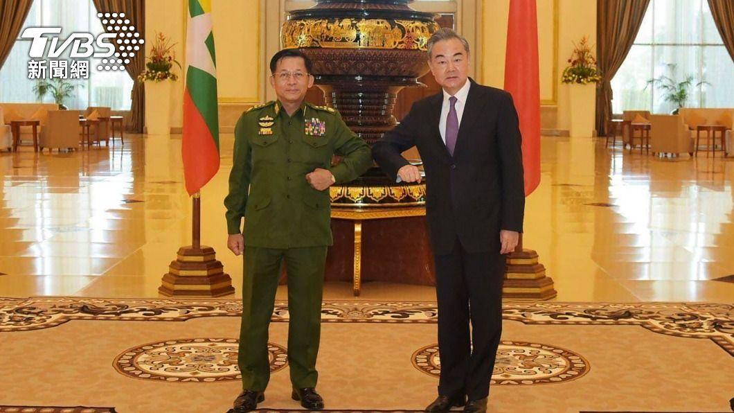 大陸外交部長王毅於今年1月初訪緬甸,與國防軍總司令敏昂良會面。(圖/達志影像美聯社) 不甩政變!中國金援緬甸1.6億 挨批「支持軍政府」
