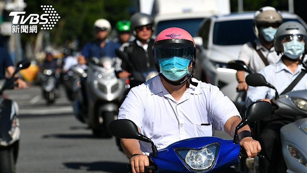 機車在台灣是相當普及的交通工具。(圖片來源/ shutterstock 達志影像) 慢慢靠邊騎還是跟上車流比較安全? 網怨這制度有問題
