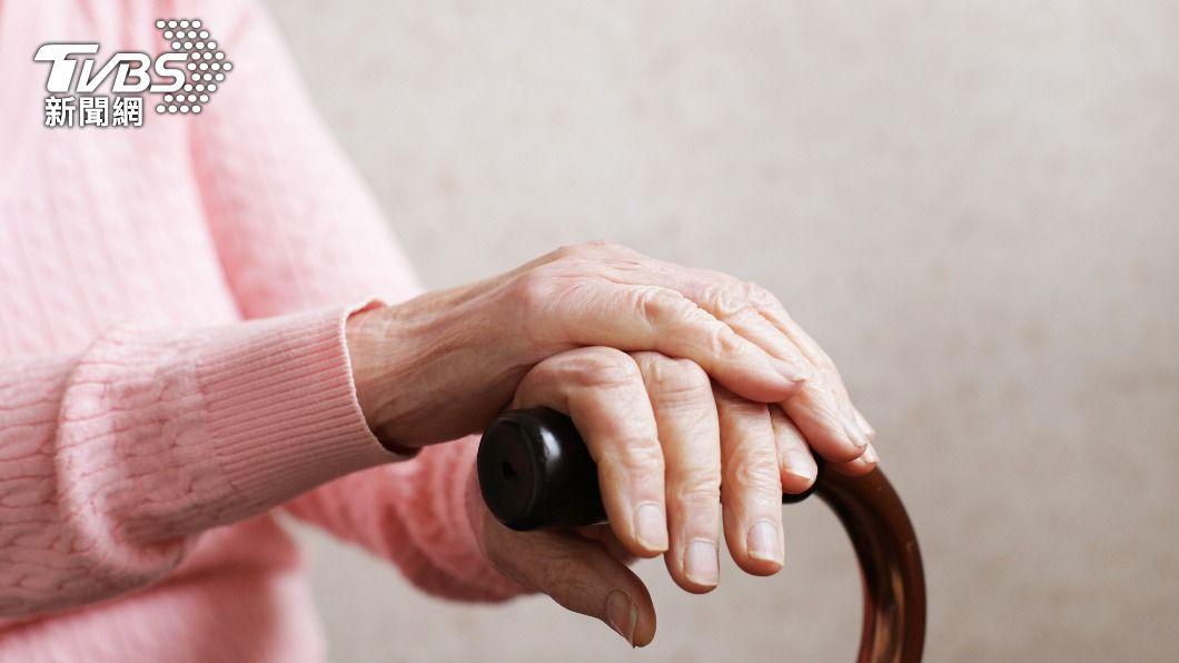 老婦人因為乳房腫瘤潰爛就醫。(示意圖/shutterstock達志影像) 不滿聞惡臭才知母「乳房潰爛」 醫勸這段話惹5萬人落淚