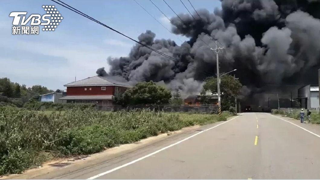 台中清水塑膠工廠火警。(圖/中央社) 台中清水塑膠工廠大火 數公里外見黑色濃煙