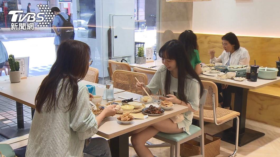 中央放寬餐飲內用家人同桌免隔板、梅花座。(圖/TVBS) 餐飲內用放寬 新北:家人同桌仍要梅花座、隔板