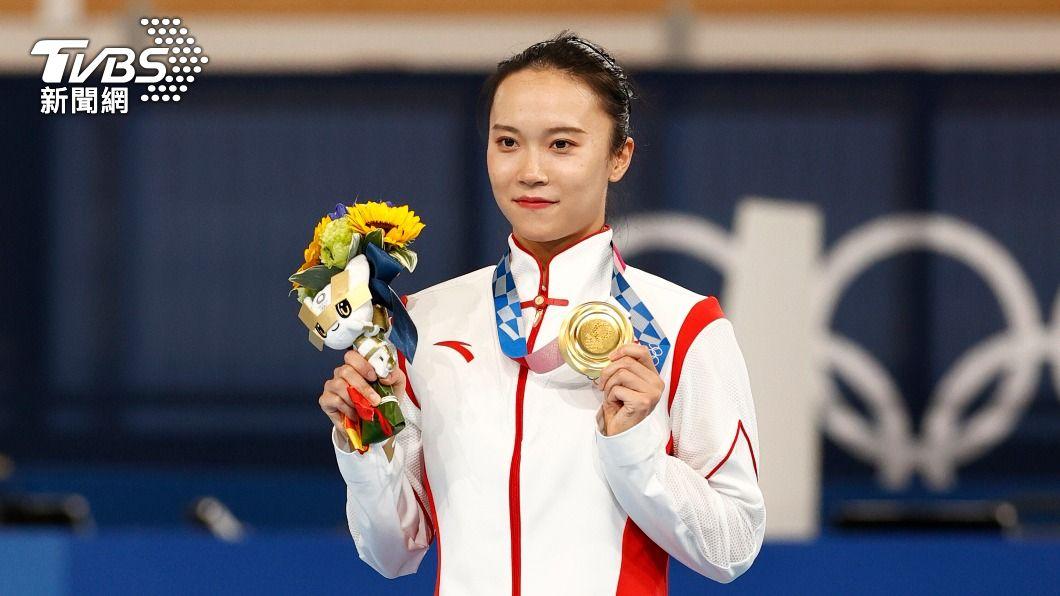 東奧女子彈簧床由中國大陸選手朱雪瑩奪得。(圖/達志影像美聯社) 東奧金牌落漆!陸選手誤認污漬 「摳掉一層皮」傻眼求助