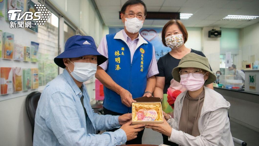 (圖/中央社) 愛情長跑10年…步入禮堂前女罹癌 男不離棄陪化療