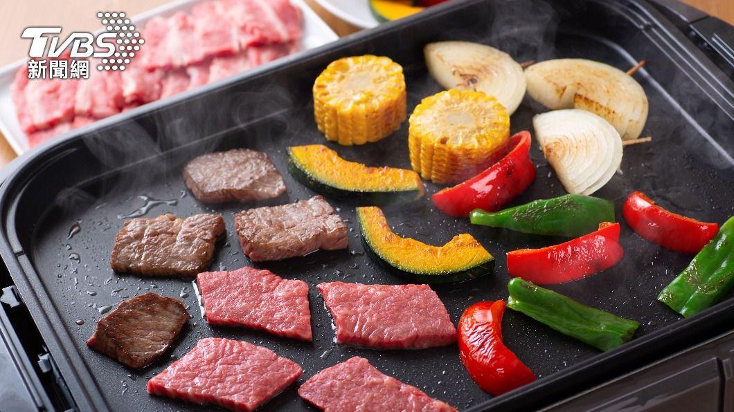 今年中秋節許多縣市不開放戶外烤肉。(示意圖/shutterstock達志影像) 在家烤肉不中毒!「俠醫」粉專曝7要點 電烤盤勿加這味