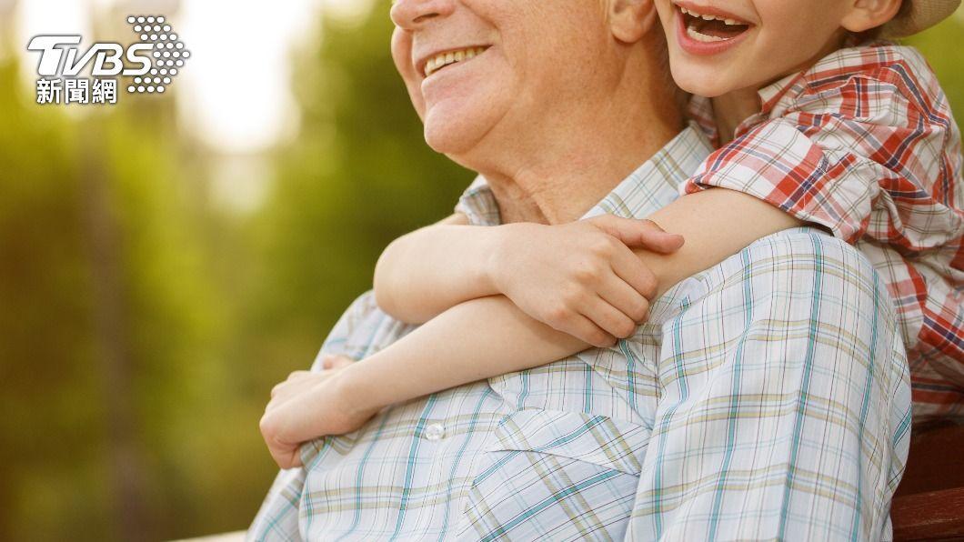 許多小朋友可能是由祖父母帶大的。(示意圖,非當事人/shutterstock達志影像) 小二考卷「3本土注音」他笑翻 千人認證:阿嬤帶大的