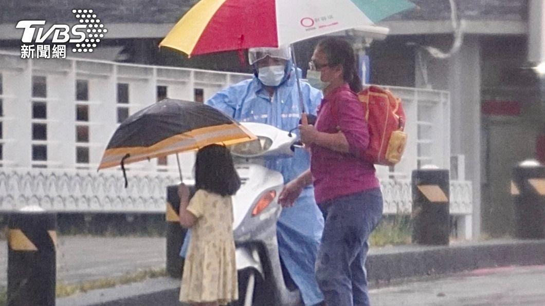 高雄市降下瞬間大雨。(圖/中央社) 颱風璨樹引進西南風!雨彈炸中南部 高雄列淹水警戒