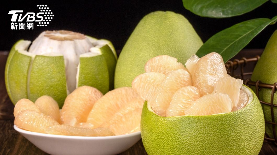 網友挑戰「冷凍柚子」被嚇壞,專家解答正確保存方式。(示意圖/shutterstock達志影像) 網挑戰「中秋禁忌」冷凍柚子嚇壞 專家解答正確保存方式