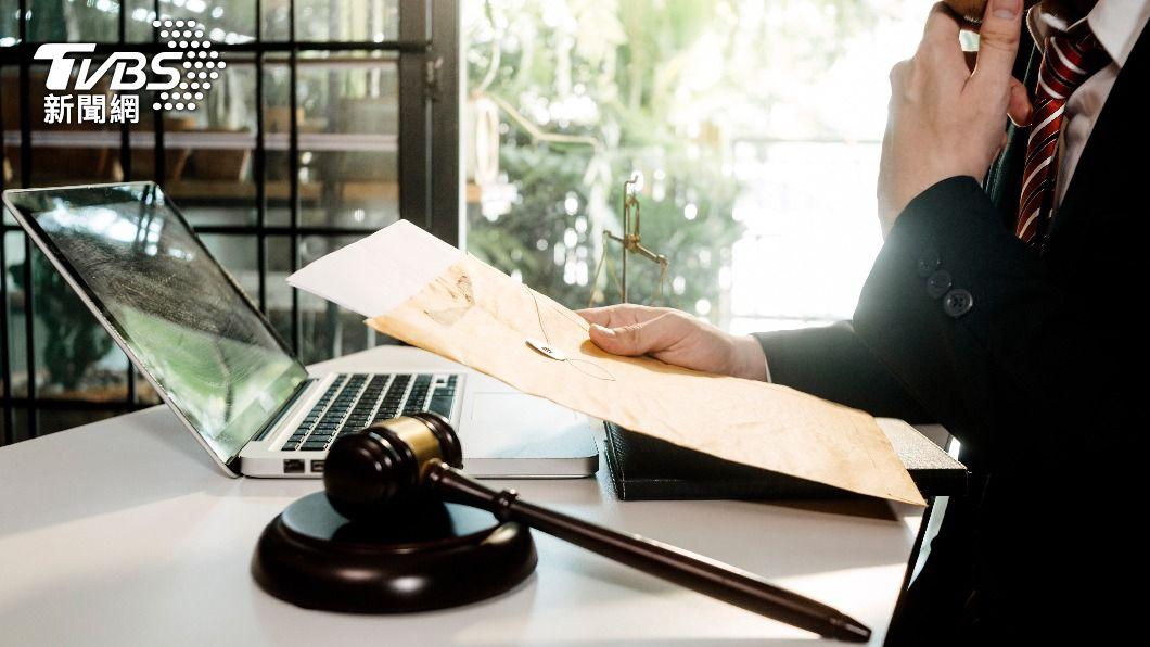 原PO發現自己在網路上認識的男性,低報自己在法律業的職業。(示意圖/shutterstock達志影像) 偷查心儀男職業見「驚人內幕」 網反喊:很正常