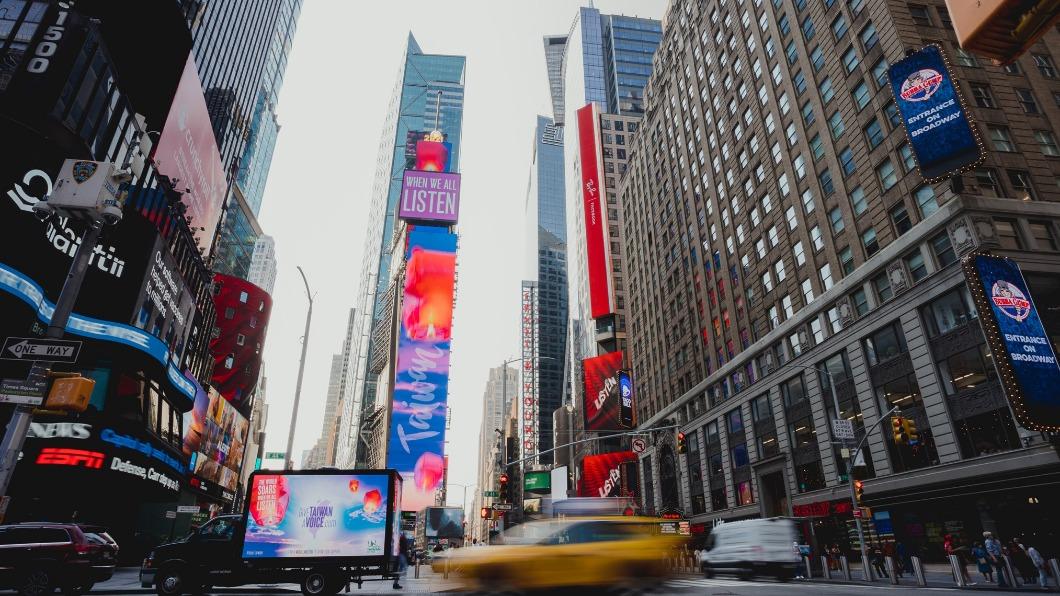 台灣象徵祈福的天燈在紐約時報廣場大螢幕升空。(圖/翻攝自駐紐約台北經濟文化辦事處臉書) 台灣天燈時報廣場大螢幕升空 訴求參與聯合國