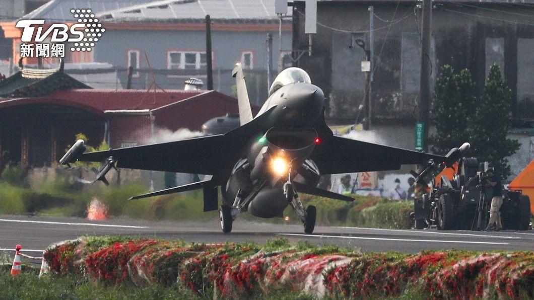 圖為F-16V戰機順利降落。(圖/中央社) 戰機成功降落佳冬 全台戰備道驗證拼圖完成