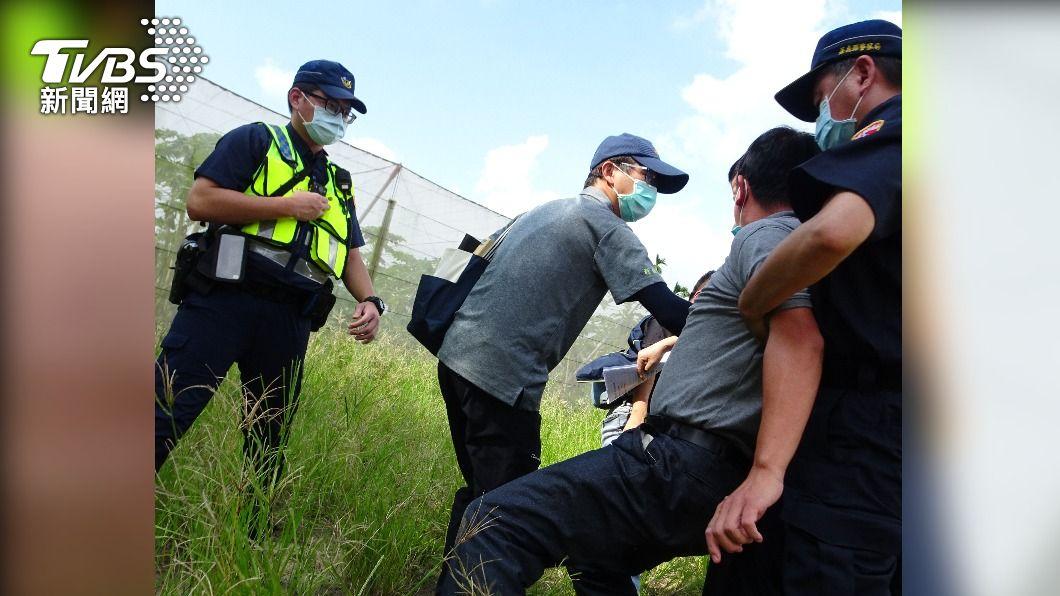 嘉義縣議員邱銀海(右,遭警架住者)毆打環保局人員。(圖/TVBS) 稽查農地回填垃圾 環保局員工竟遭議員爆打