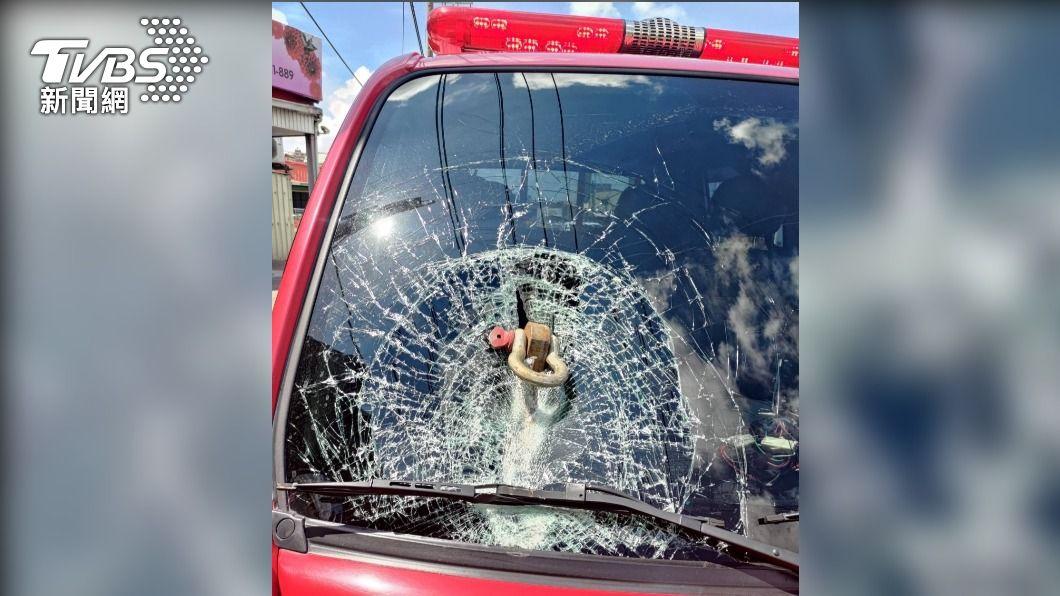 洪男駕駛半聯結車,車上載運的鋼構捆綁固定栓脫落,插進台南市消防局公務車前擋風玻璃。(圖/警方提供) 國道驚魂!聯結車固定栓噴落 消防車玻璃遭插碎成「蜘蛛網」