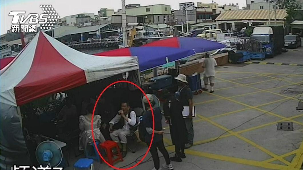 龍劭華在高雄旗津中洲渡輪站的最後身影曝光。(圖/TVBS) 龍劭華最後身影曝光 零架子暖幫工作人員搬椅子