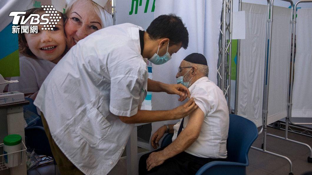 以色列民眾施打第3劑疫苗。(圖/達志影像美聯社) 以色列確診雖激增 專家:追加第3劑可有效防重症