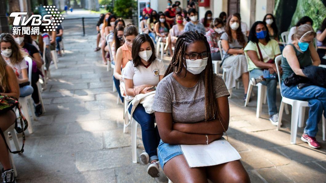巴西青少年接種疫苗。(圖/達志影像美聯社) 無合併症青少年接種BNT疫苗 巴西衛生部喊停