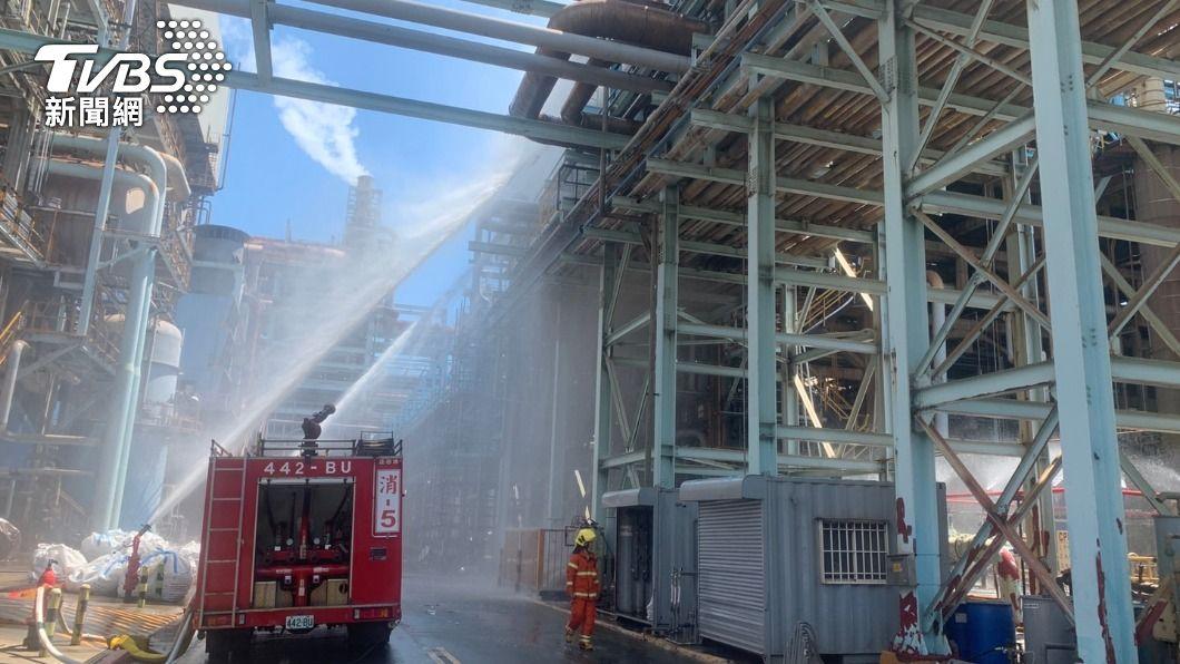 (圖/TVBS) 高雄大林煉油廠氫氣驚外洩!大批警消灑水戒護中
