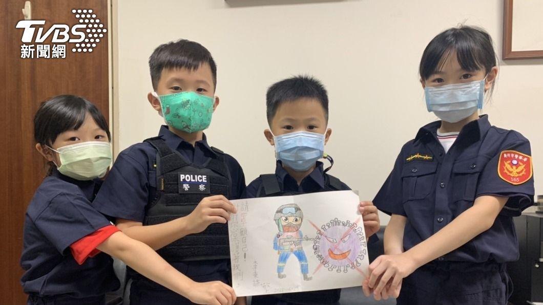 (圖/中央社) 小朋友存2年零用錢 買防疫物資送警、附暖心畫作
