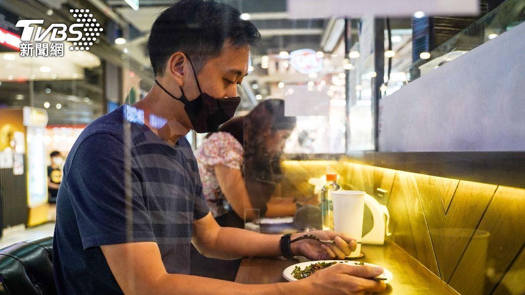餐廳配合防疫規定,加裝隔板,維持安全距離。(示意圖/TVBS) 餐飲業3天被檢舉5次!議員控警淪隔板糾察隊 柯:擾民