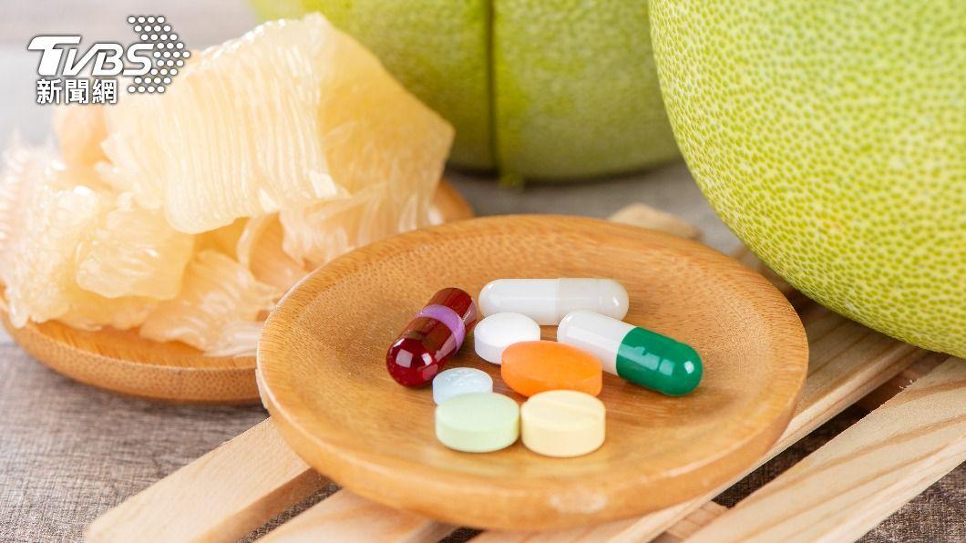 長期服用藥物的民眾,中秋節吃柚子要注意。(示意圖/shutterstock達志影像) 中秋吃柚配「這些藥」恐傷身!專家:隔2小時也沒用
