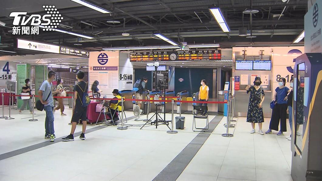 (圖/TVBS資料畫面) 本週起放寬!雙鐵付費區可飲食、遊覽車無乘載上限