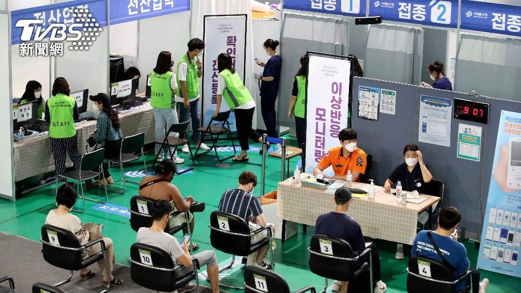 南韓全國疫苗覆蓋率突破70%。(圖/達志影像美聯社) 才3天!南韓疫苗不良反應達1萬多例 這廠牌比例最高