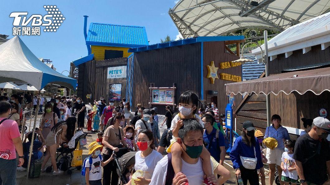 遠雄海洋公園湧入遊客。(圖/中央社) 中秋連假外地遊客湧入 花蓮發起「景點禮讓」運動
