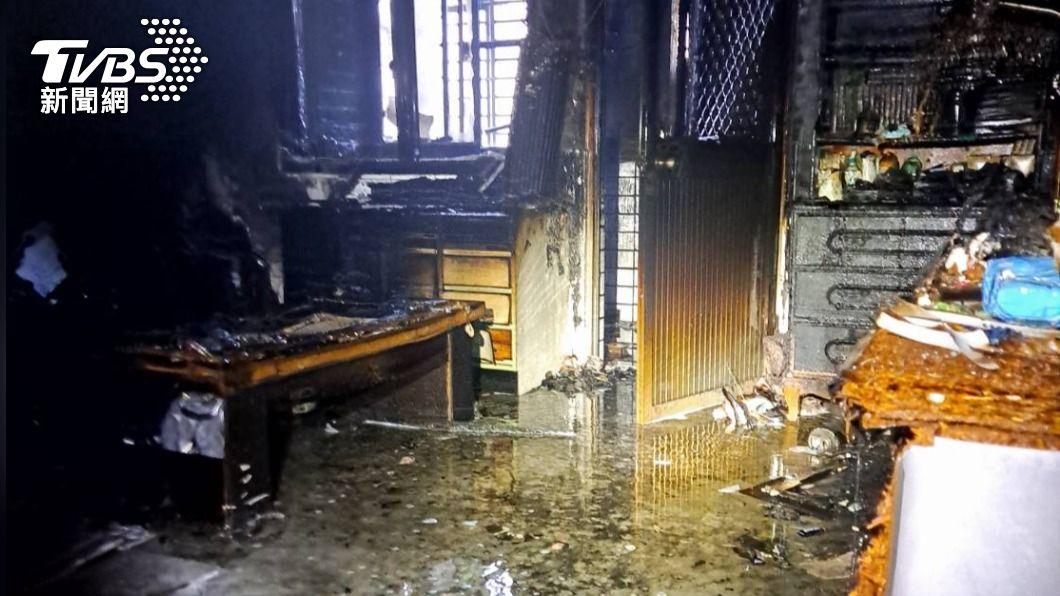 民宅4樓後方臥室起火。(圖/TVBS) 中秋連假傳惡火!高雄「三代同堂」兒死亡、孫女搶救中