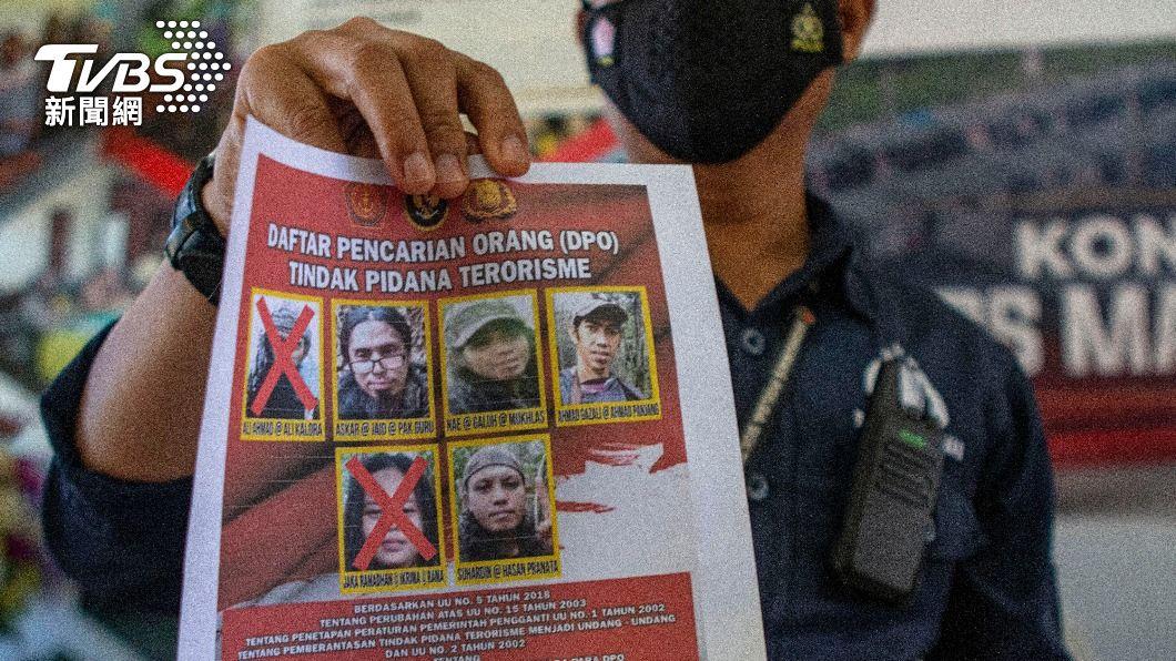 印尼警方公開行動中擊斃和在逃名單。(圖/AP) 印尼官方指擊斃IS「東印尼聖戰士」首領! 恐怖組織疑潰散