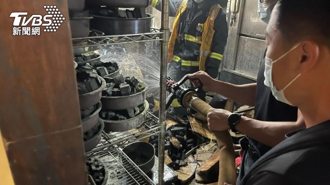 燒肉店員工點木炭時燒到箱子。(圖/TVBS) 燒肉店員工準備炭火 點燃不慎延燒「紙箱」引火災
