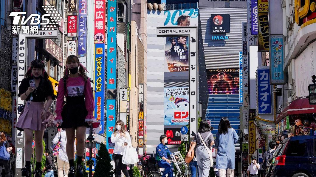 日韓加速國內年輕族群接種疫苗。(圖/AP) 吸引年輕人接種!日韓推深夜打疫苗 還送禮券、可抽大獎