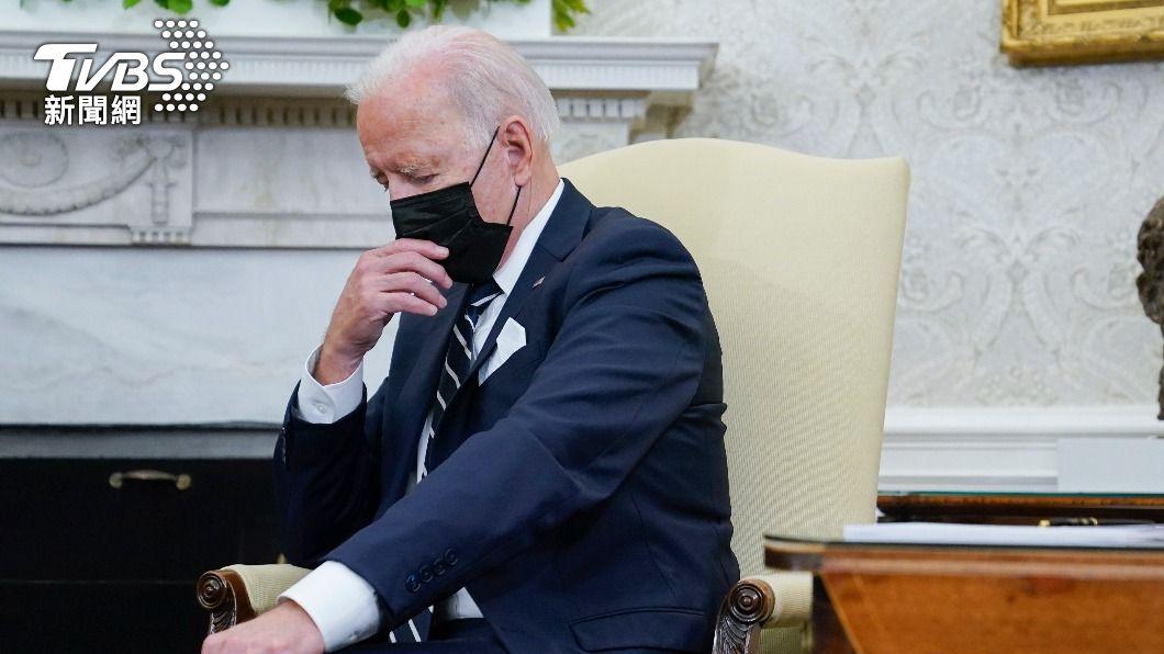 拜登在與班奈特進行會談時,低頭沈思畫面遭誤認為是打瞌睡。(圖/達志影像美聯社) 以色列前總理直播疑暗諷拜登打瞌睡 急發聲明澄清