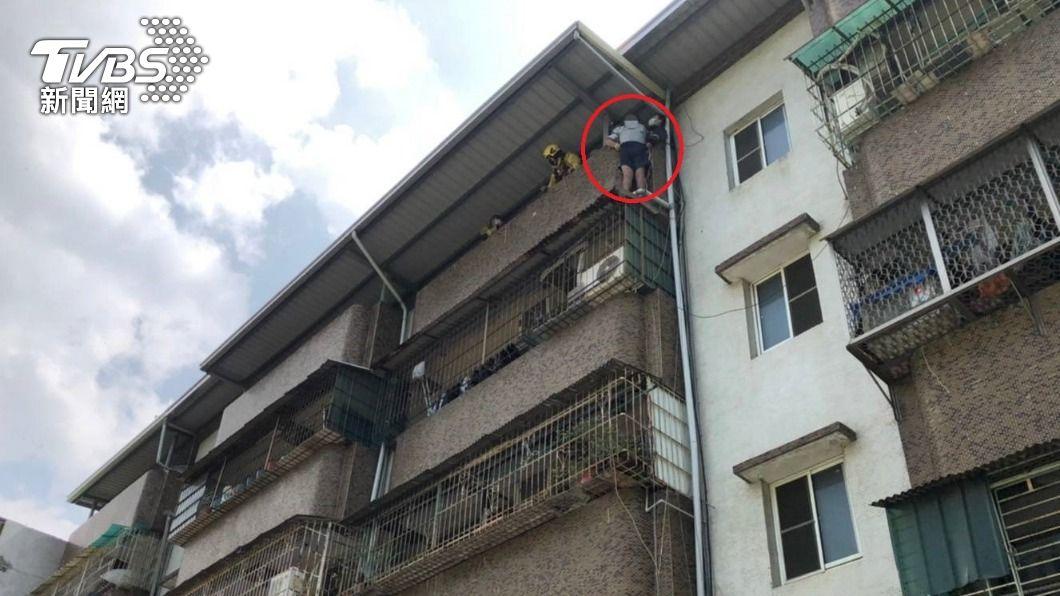 高雄一名男子為撿10元,受困5樓公寓的遮雨棚上。(圖/消防提供) 為了10塊錢!高雄男為撿硬幣 困5樓遮雨棚