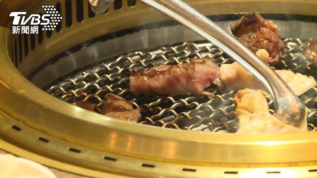 許多民眾都會到燒烤店用餐。(圖/TVBS資料畫面) 燒烤店員狂問「換烤網嗎?」 背後藏4暗示:要你快走人