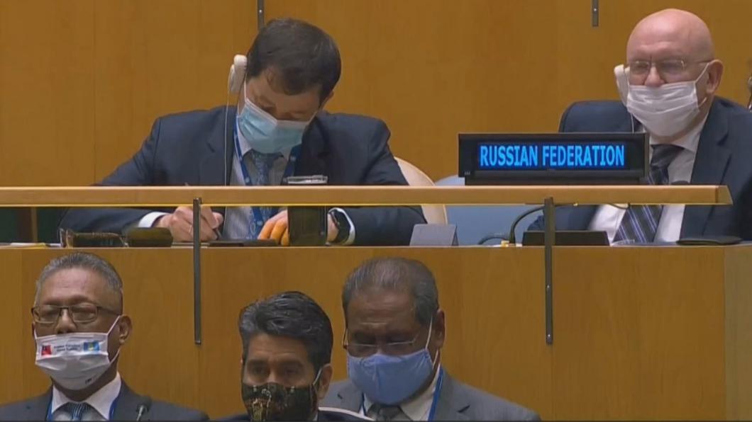 帛琉總統惠恕仁(前中),與戴著中華民國國旗口罩的外交官(前左)。(圖/翻攝UN直播畫面) 青天白日旗意外重返聯合國!友邦戴「台帛友好」口罩助攻