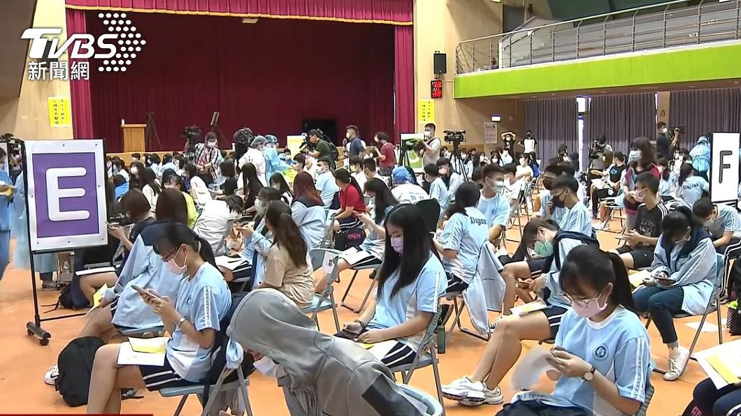校園BNT疫苗今日開打,圖為桃園大園高中接種現場。(圖/TVBS) BNT今開打!幫孩勾「同意」超焦慮 醫曝家長無奈心聲