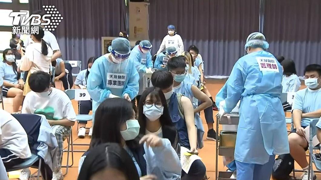 BNT疫苗22日在校園中開打。(圖/TVBS) 8千名學生打BNT!指揮中心曝「心肌炎高危險群」