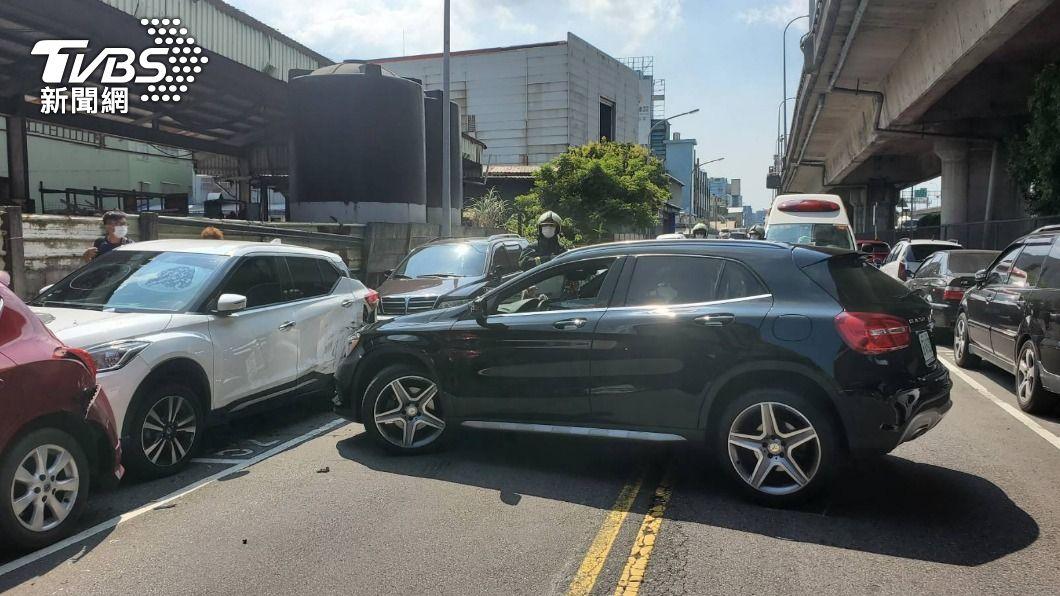內湖發生撞車意外。(圖/TVBS) 妙齡女開賓士車「突往右」 爆衝連撞路邊4車1人送醫