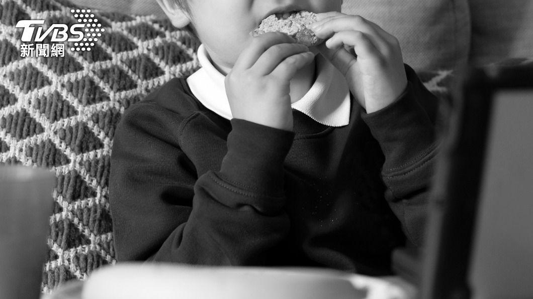 男童吃餅乾造成失明。(示意圖/shutterstock 達志影像) 嚇死人!8歲童看電視吃餅乾 20分鐘後「眼球被溶解」