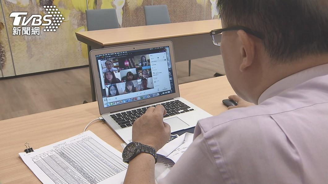 受到疫情影響許多學校都改採視訊遠距教學。(圖/TVBS) 師視訊上課「從不露臉」被質疑偷懶 鏡頭一開全班哭了