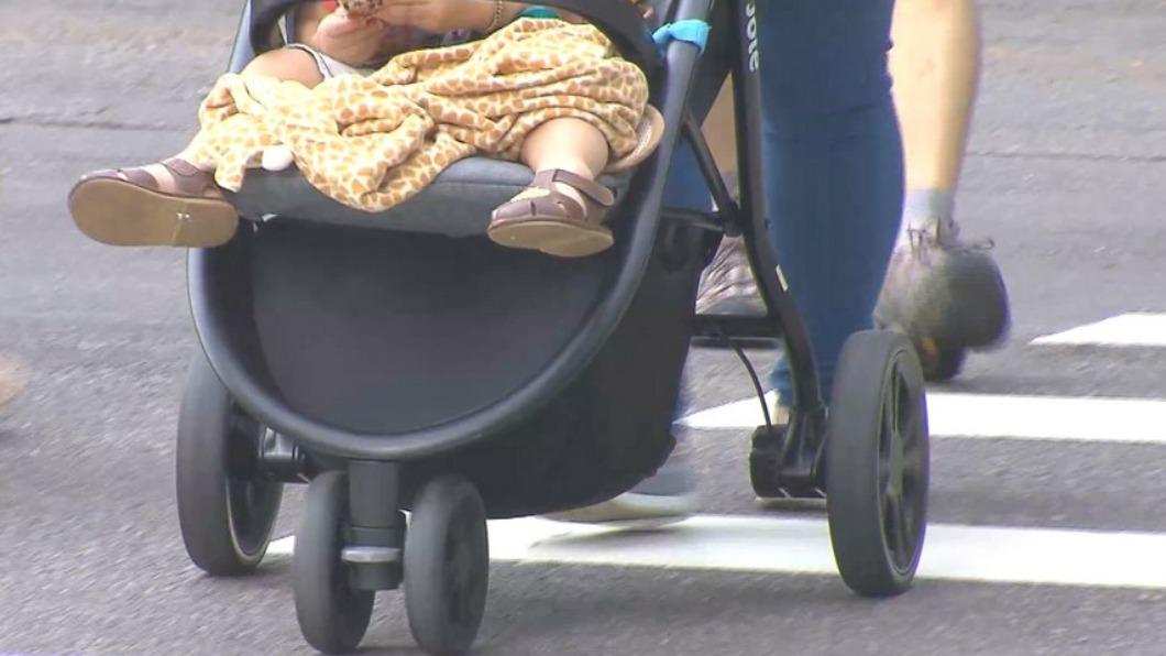 孩童坐在推車上不斷哭鬧。(示意圖,非當事人/TVBS) 孩子坐推車哭求抱抱!爸媽下秒舉動遭轟:不會教別生