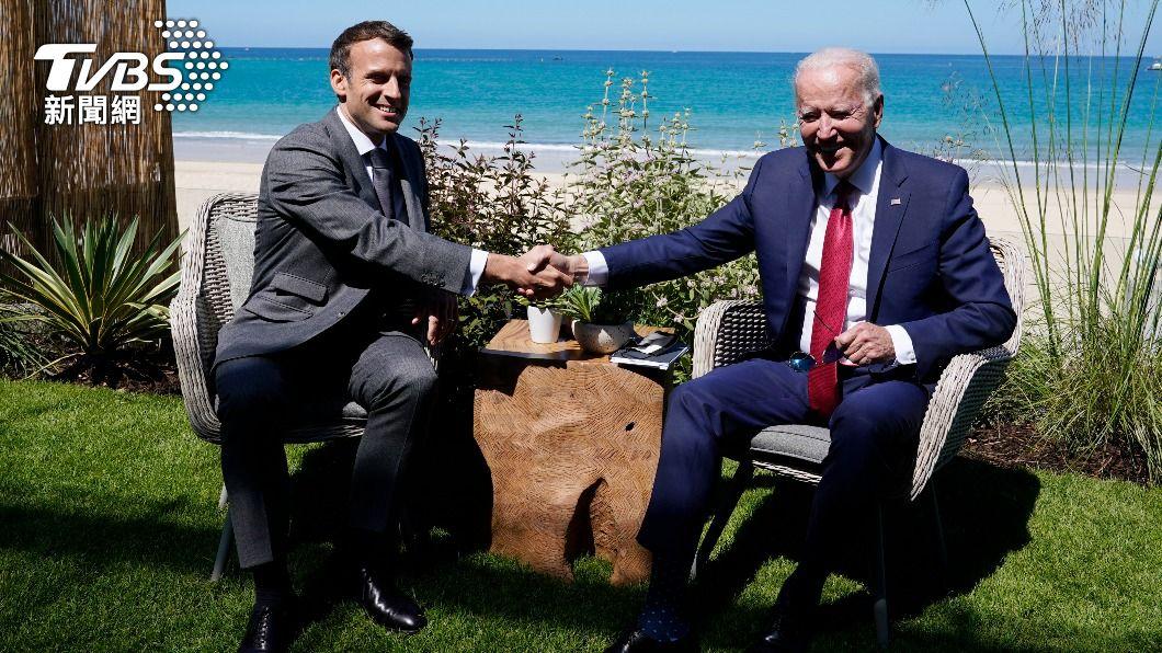 拜登與馬克宏日前於英國參加G7會議。(圖/AP) 潛艦風波!拜登、馬克宏熱線30分鐘 成功喚回駐美大使