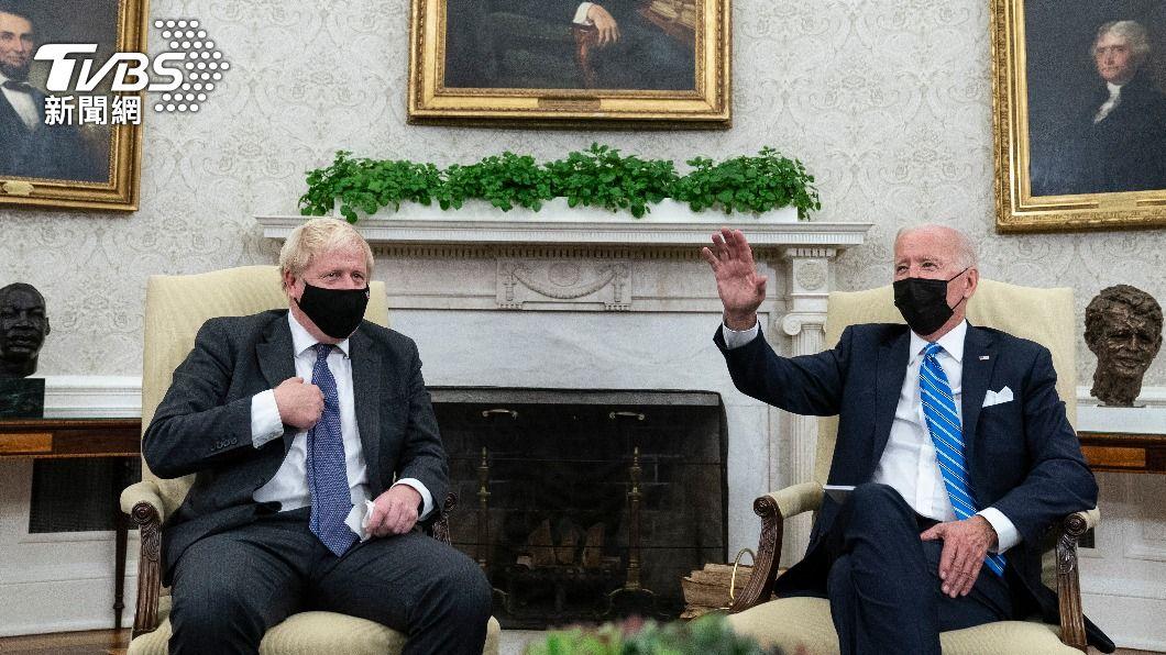 英國首相強生與美國總統拜登於白宮進行簡短會談。(圖/AP) 拜登與英首相會面!強生突點媒體提問 白宮不滿秒趕人