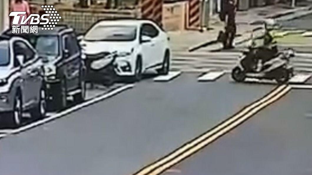 員警發現白車違停上前盤查。(圖/TVBS) 為了買飲料違停!遭盤查搜出海洛因 警大陣仗出動引注目