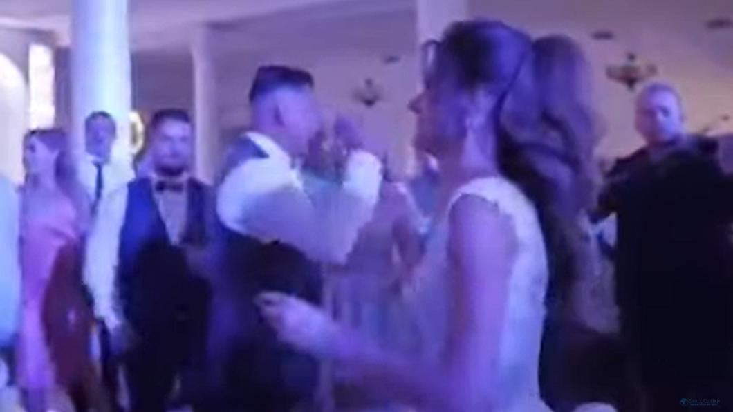 羅馬尼亞一對新人日前舉辦婚禮。(圖/翻攝自Ziarul Clujean YouTube) 婚鬧玩過頭!新郎被賓客玩拋接 下秒頭部重摔脊椎斷裂