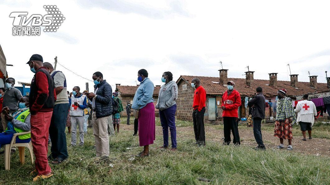肯亞民眾排隊接種疫苗。(圖/達志影像美聯社) 疫苗在非洲打不行?英旅行新規差別待遇 挨轟「歧視」