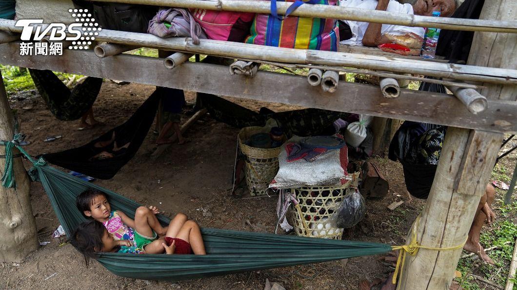 平民為躲避攻擊,被迫逃離家園。(圖/達志影像路透社) 聯合國專員:緬甸綁架6月大幼童 逼反軍政府者自首